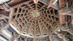 這個叫做藻井,是此處廟宇很有特色的建築。天后宮的建築也有藻井的設計。