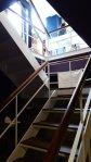 連接一樓和地下室空間的樓梯一景