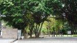 至善公園. 它就在雙溪公園的對面, 也在大路邊. 採開放式設計, 這是園碑側一景.