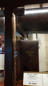 一樓環繞餐廳和走廊的酒櫃