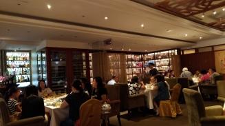 酒吧緊鄰他們飯店的泰式餐廳